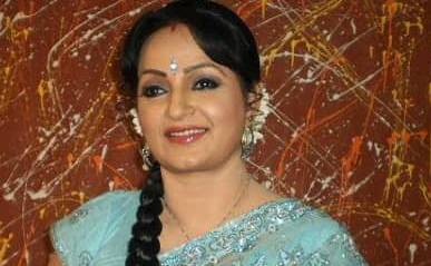 Upasana Singh is a stand-up comedian and Indian actress. In the 1997 film, Judaai, Singh has become famous for his role as a deaf mute. In the crazy Nadaniyaan Comedy show on BIG Magic, she played the role of Bua (pathernal aunt) at the Comedy Nights with Kapil and Tarawanti TV show.